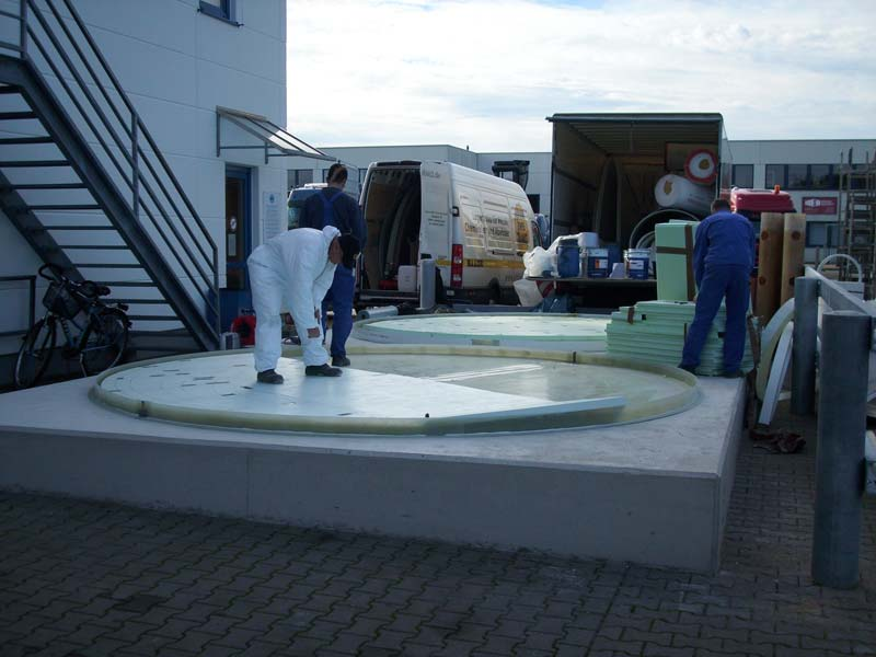 Boden des Flachbodentanks wird montiert
